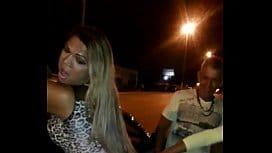 Escrota Travesti Rabuda do Brasil Sendo Chupada na Rua