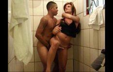 Baiano Comendo Travesti Brasileira no Banheiro de Casa