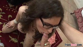 Barbudo fez sexo anal com travesti nerd da UFRJ