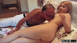 Velho Sedento Chupa Peitinhos Da Neta  Fazendo Sexo