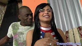 Nerd Shemale Morena Toda Sexy Com O Negro Safado Musculoso