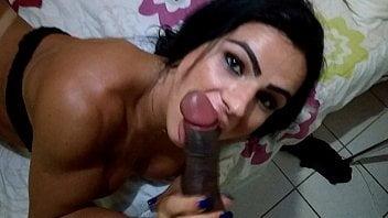 Travesti safada dotada com esporrada em seu rosto no sexo amador