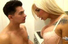 Xvideos Gay excitado com traveco loiro pirocudo na cozinha