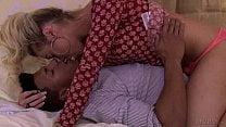 Travesti Aubrey Kate com o gay bombado moreno