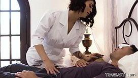 Travesti enfermeira chupou o doente e fez porno