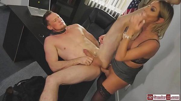 Travesti loira comendo o cu do chefe no escritório